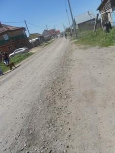 Грунтовая дорога с гравием на пути к месту событий