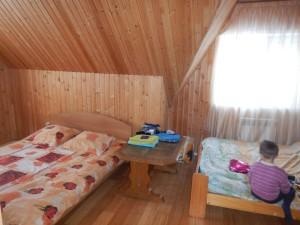 Усадьба Эдельвейс: коттедж, большая спальня на втором этаже
