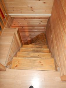 Усадьба Эдельвейс: коттедж, лестница со второго этажа - опасная!
