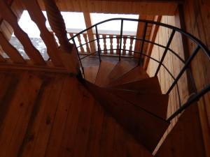 Усадьба Эдельвейс: гостиничный комплекс, лестница со второго этажа