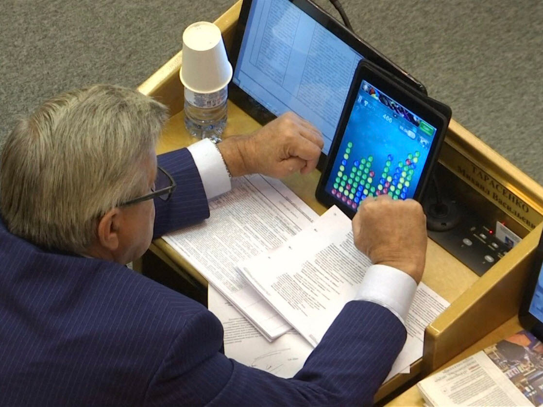 Депутат Госдумы РФ Михаил Тарасенко играет на планшете в шарики